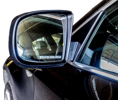 Graviravimas ant automobilio veidrodėlių